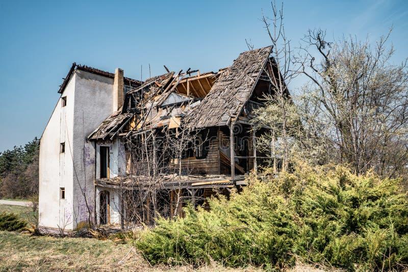 Zaniechany domowy Hoia Baciu - Nawiedzający las, Rumunia obraz royalty free