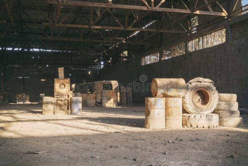 Zaniechany fabryczny hangar, dokąd gry trzymają w paintball obraz stock