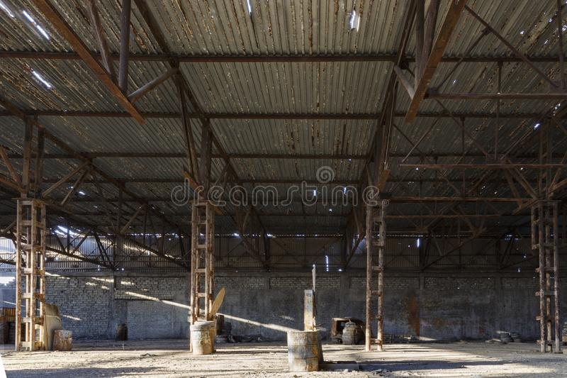 Zaniechany fabryczny hangar, dokąd gry trzymają w paintball zdjęcie royalty free