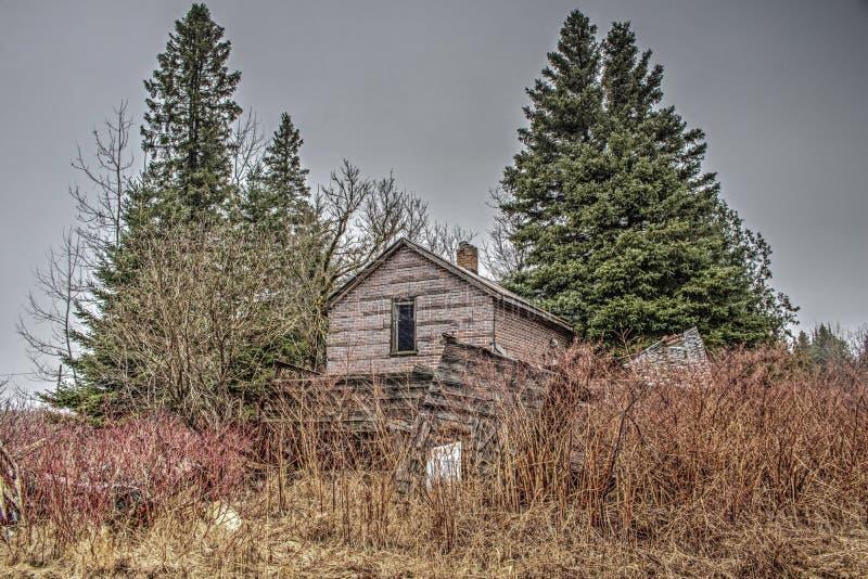 Zaniechany gospodarstwo rolne dom W drewnach fotografia royalty free