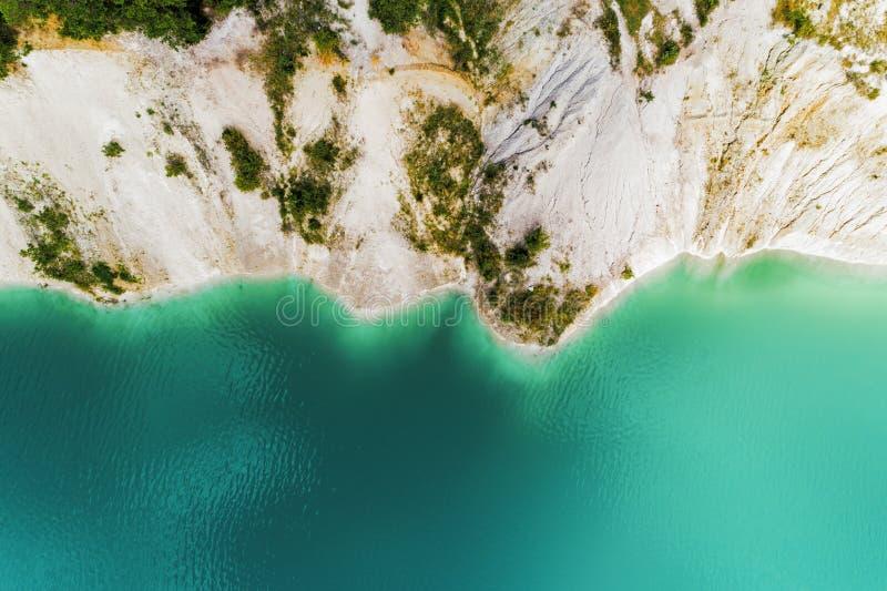 Zaniechany halny łup Kopalniani działania wypełniają z wodą głęboki błękitny kolor widok z lotu ptaka zdjęcie royalty free