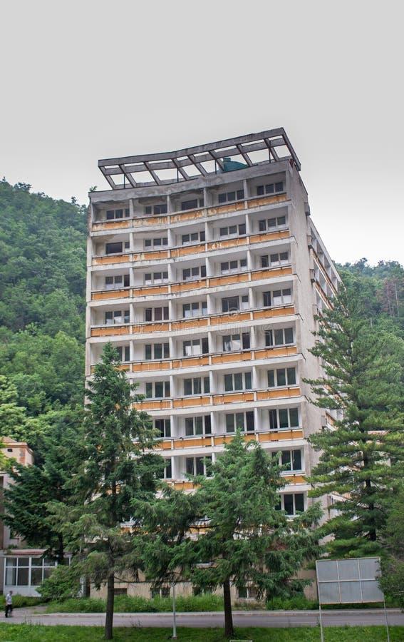 Zaniechany hotel lokalizujący w pięknym terenie górskim Romania fotografia stock
