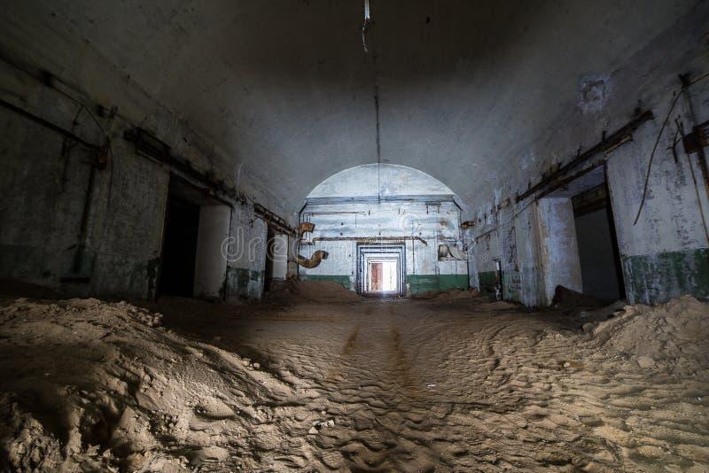 Zaniechany i ośniedziały stary sowiecki bunkieru magazyn jądrowe głowicy bojowa fotografia stock