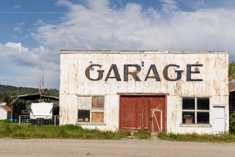 Zaniechany i rocznik garaż obraz stock