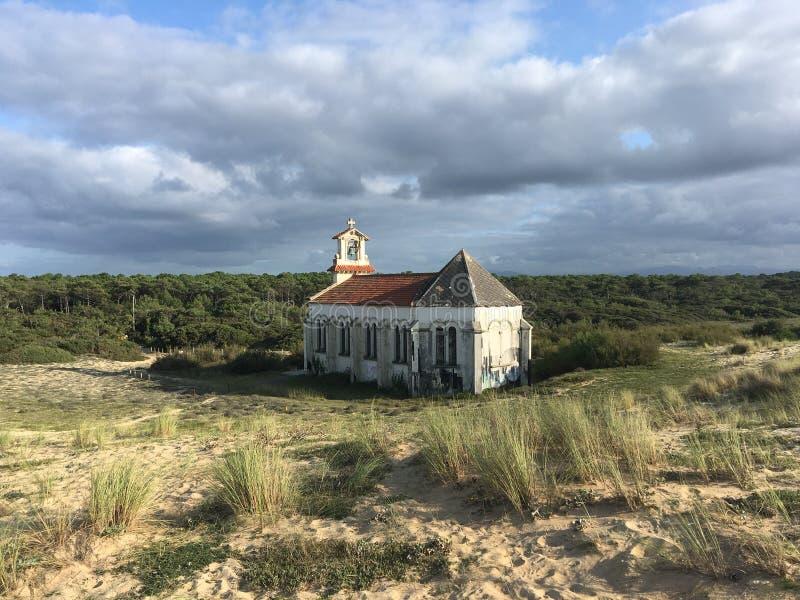 Zaniechany kościół w Landes Francja fotografia stock
