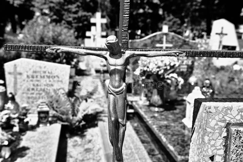 Zaniechany krzyż na cmentarzu zdjęcia stock