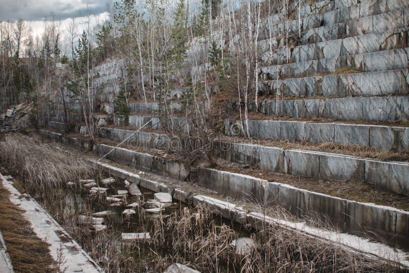 Zaniechany marmurowy łup w Syberia Ekstrakcja kopaliny zdjęcie stock