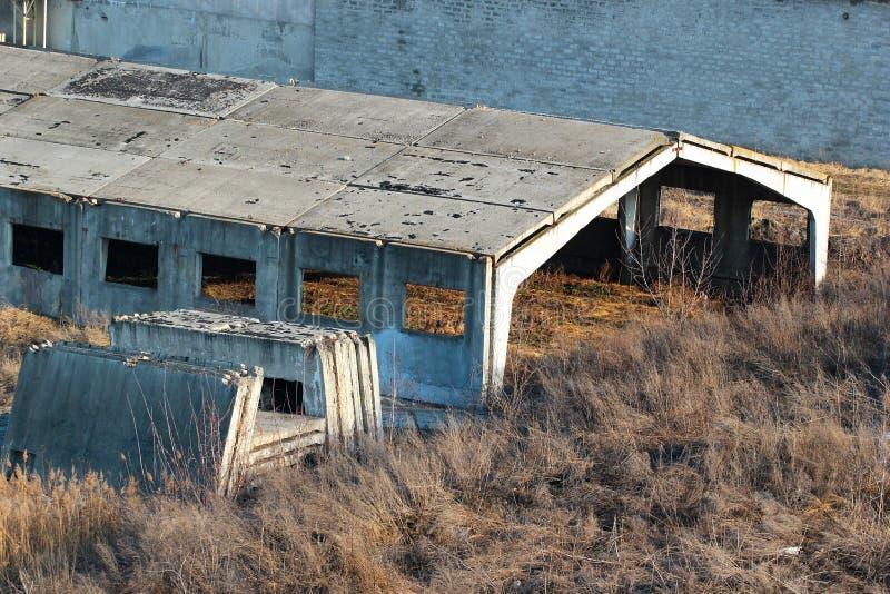 Zaniechany niedokończony betonowy hangar zdjęcie stock
