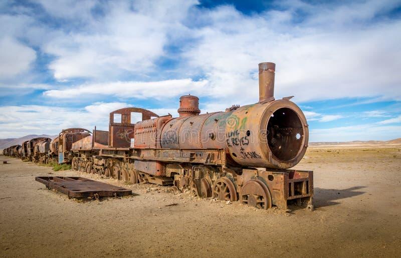 Zaniechany ośniedziały stary pociąg w taborowym cmentarzu - Uyuni, Boliwia zdjęcie royalty free