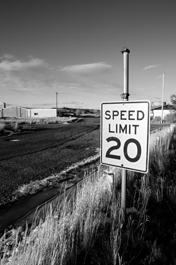 zaniechany ograniczenie prędkości miasteczko obraz royalty free