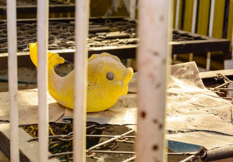 Zaniechany pokój po katastrofy Dziecko zabawki w brudzie w zaniechanym dziecinu w Chernobyl obrazy stock