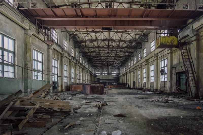 Zaniechany przemysłowy budynek z ośniedziałym bridżowym żurawiem obrazy stock