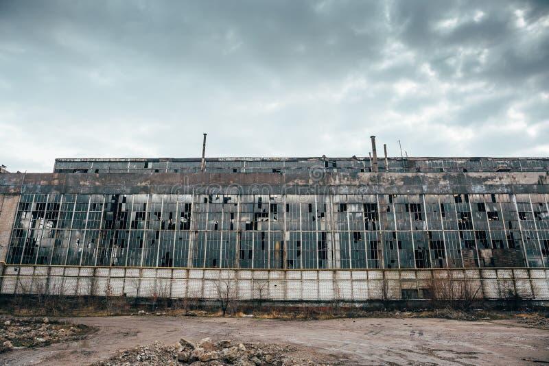 Zaniechany przemysłowy przerażający magazyn, starego ciemnego grunge fabryczny budynek fotografia royalty free