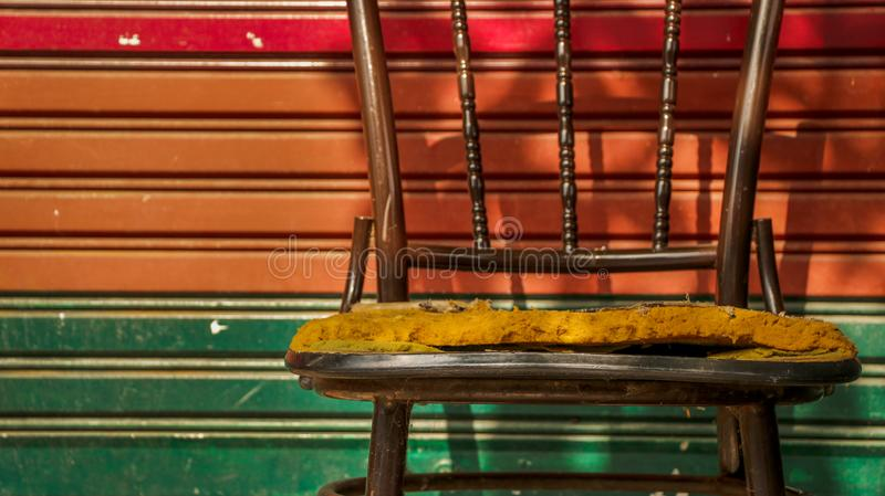 Zaniechany rocznika metalu krzesło z Kolorowym Rolkowym żaluzi Door/ fotografia royalty free