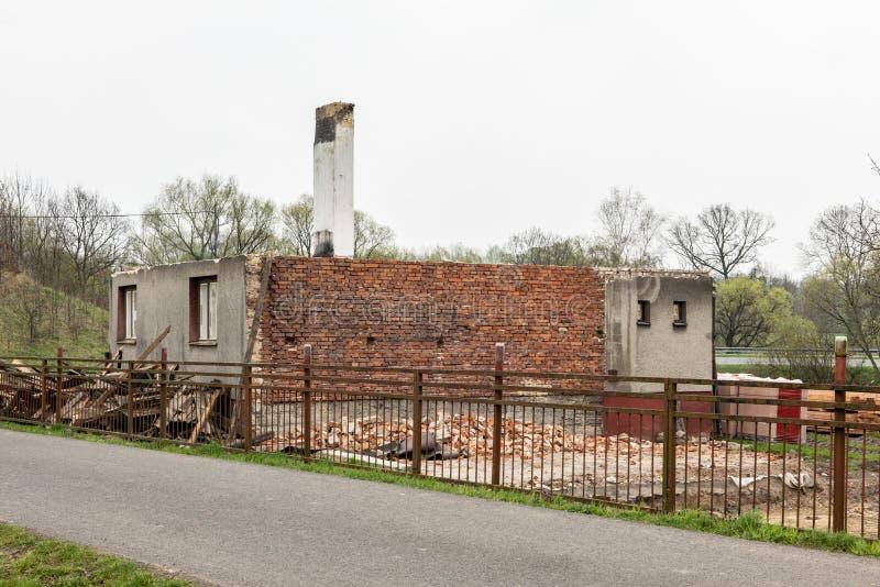 Zaniechany rodzina dom który jest wyburzający i iść być przywrócić zdjęcia stock
