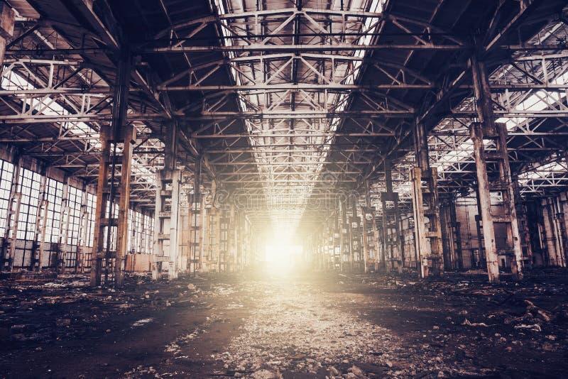 Zaniechany rujnujący przemysłowy fabryczny budynek, ruiny i rozbiórkowy pojęcie, zdjęcie royalty free