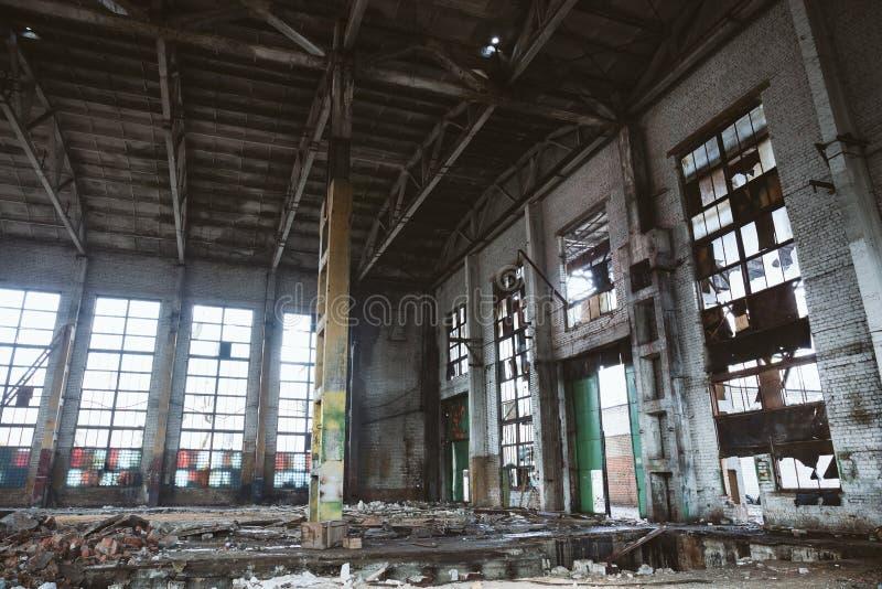 Zaniechany rujnujący przemysłowy fabryczny budynek, ruiny i rozbiórkowy pojęcie, zdjęcia stock