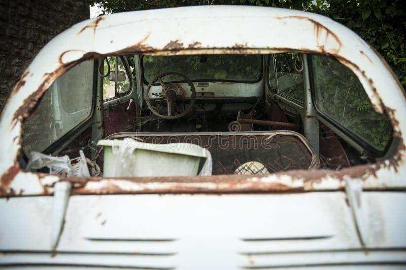 Zaniechany samochód z łamanym tylni okno fotografia stock
