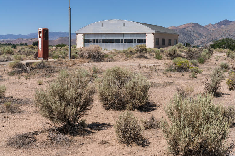 Zaniechany samolotu hangar w pustyni zdjęcia royalty free