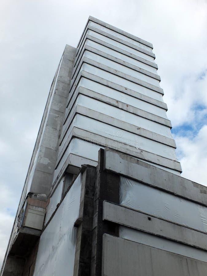 Zaniechany stary betonowy highrise budynek fotografia royalty free
