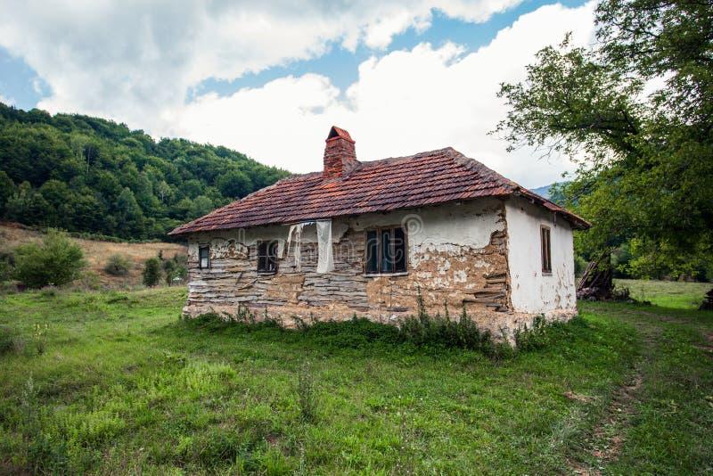 Zaniechany stary dom w wiejskim góra krajobrazie zdjęcie royalty free