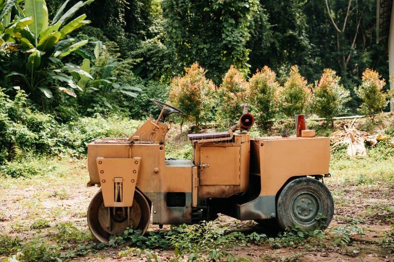 Zaniechany stary drogowy rolownik przy budową obrazy stock