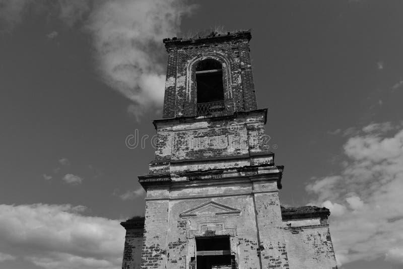 Zaniechany stary kościół w wiosce troszkę obrazy stock
