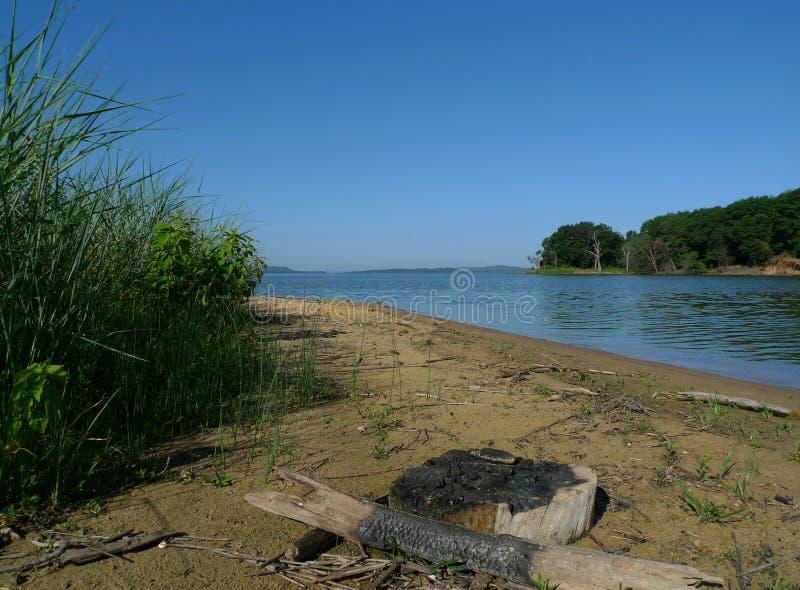 Zaniechany stary ogniska miejsce na brzeg wielki jezioro zdjęcie stock