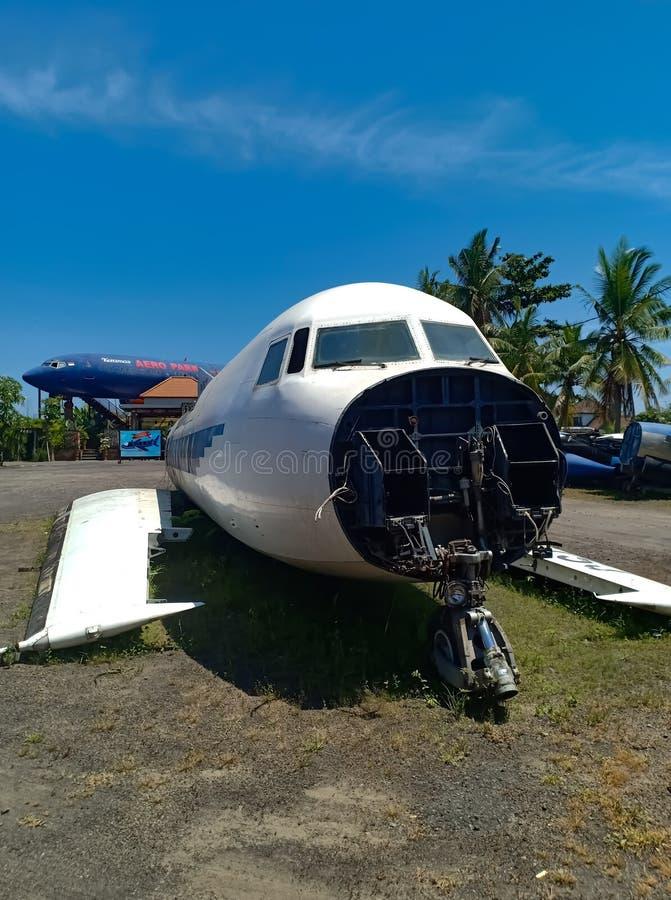Zaniechany stary rujnujący samolot na tropikalnej wyspie Bali obrazy stock