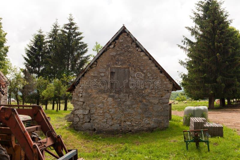 Zaniechany stary wiejski dom rysunkowego domu ilustracyjna wiejska nakreślenia wioska obrazy royalty free