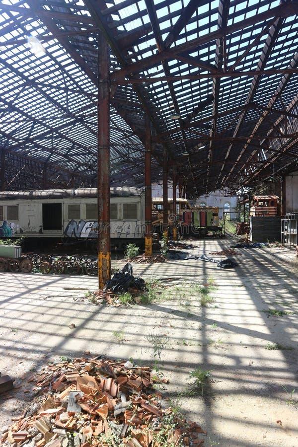 Zaniechany Sztachetowy jard z Starymi butwienie pociągami obrazy stock