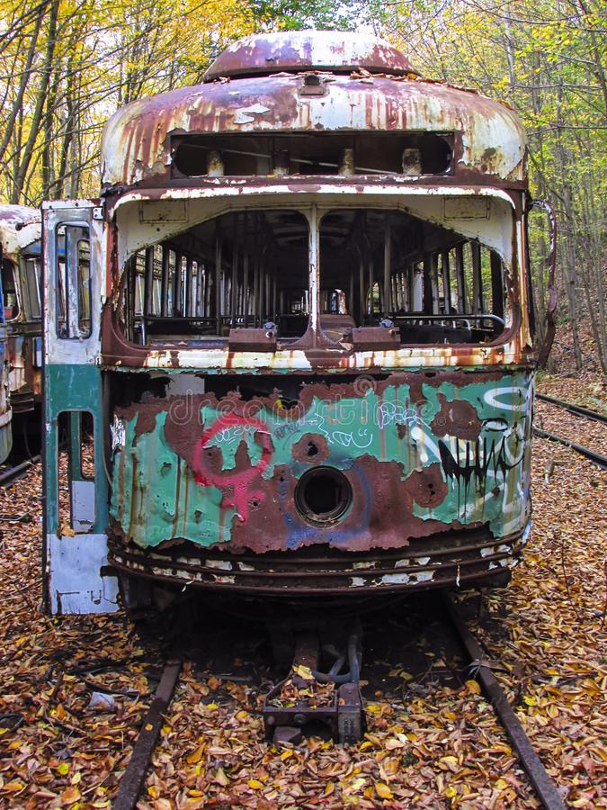 Zaniechany tramwaju samochód na poręczach w drewnach zdjęcia royalty free