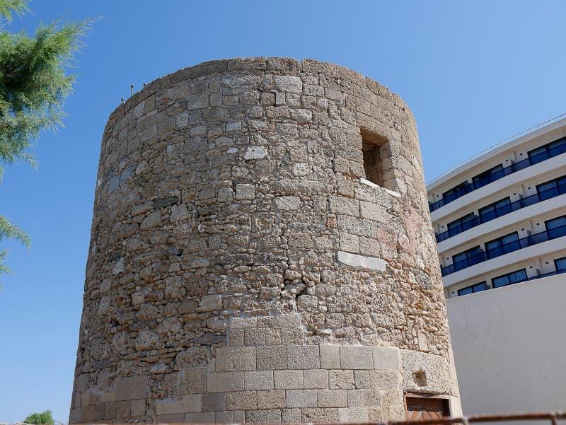 Zaniechany wiatraczek na nadbrzeżu na wyspie Rhodes obrazy stock