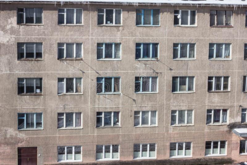 Zaniechany wielopiętrowy budynek Zaniechany sanatorium lub dormitorium obrazy stock