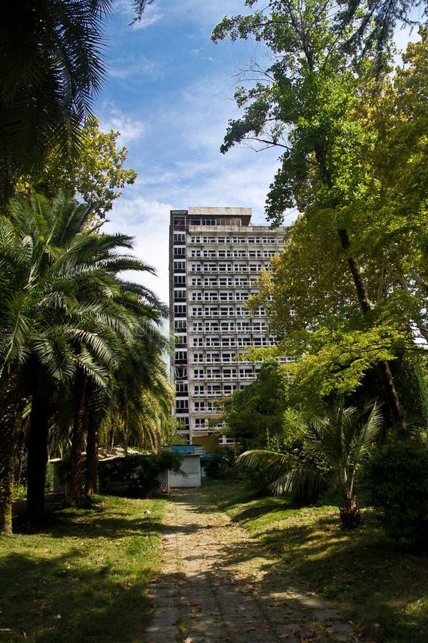 Zaniechany wielopiętrowy budynek Zaniechany sanatorium lub dormitorium w Abkhazia, Gruzja zdjęcia royalty free