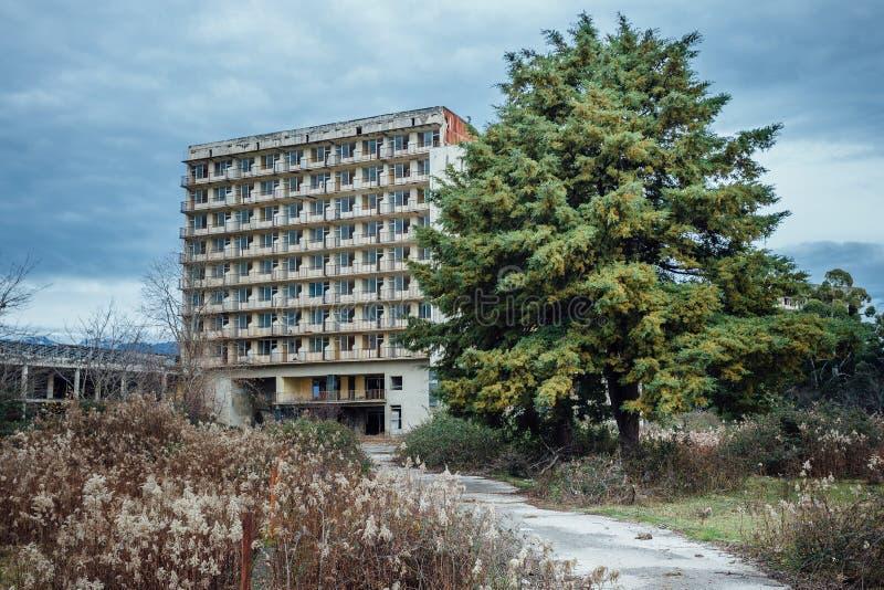 Zaniechany wielopiętrowy budynek Zaniechany sanatorium lub dormitorium w Abkhazia, Gruzja zdjęcia stock