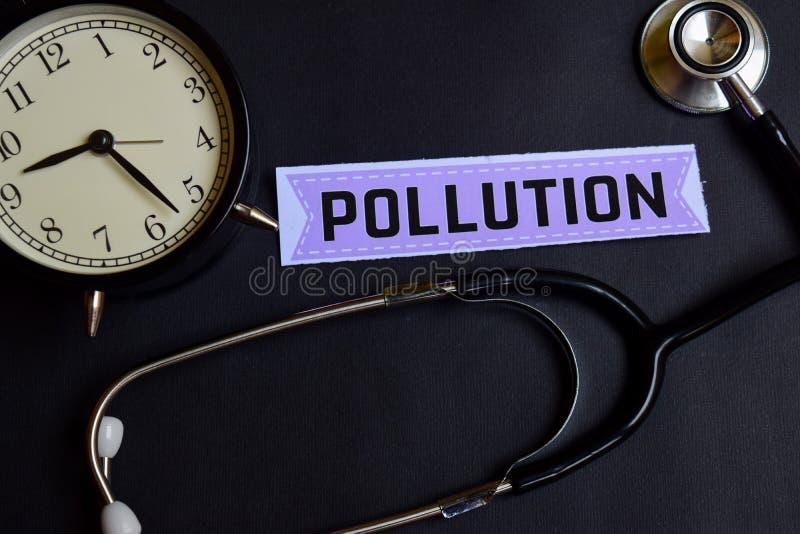Zanieczyszczenie na papierze z opieki zdrowotnej pojęcia inspiracją budzik, Czarny stetoskop zdjęcie stock