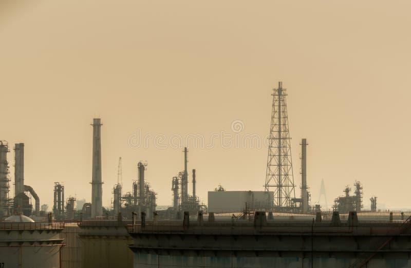 Zanieczyszczenie powietrza przy nafcianą ponaftowej rafinerii rośliną Zła jakość powietrza wypełniał z pyłu globalnym ociepleniem zdjęcie stock