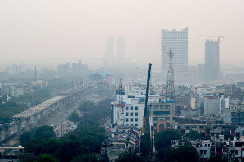 Zanieczyszczenie w Noida Delhi przeciw pejzażowi miejskiemu fotografia stock