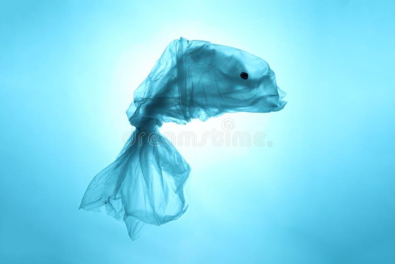 Zanieczyszczenie ?wiatowi ` s oceany z plastikowym ?mieci B??kit ryba z odpady Przetwarza? i zakaz na u?ywamy polietylen zdjęcia stock