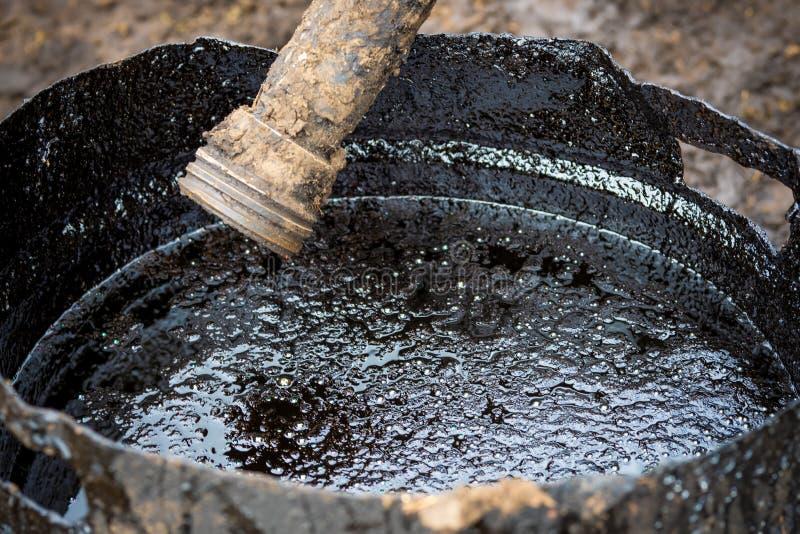 Zanieczyszczenie z produktami przerobu ropy naftowej Ropa naftowa zanieczyszcza ?rodowisko zdjęcie royalty free