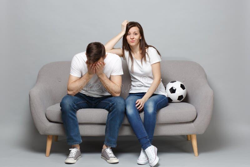 Zaniepokojeni pary kobiety mężczyzny fan piłki nożnej rozweselają w górę poparcie faworyta drużyny z piłki nożnej piłki nakrycia  obraz stock