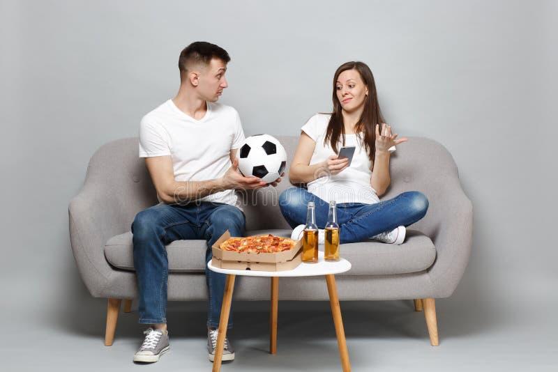 Zaniepokojeni pary kobiety mężczyzny fan piłki nożnej rozweselają w górę poparcie faworyta drużyny z piłki nożnej piłką, używać t obraz royalty free