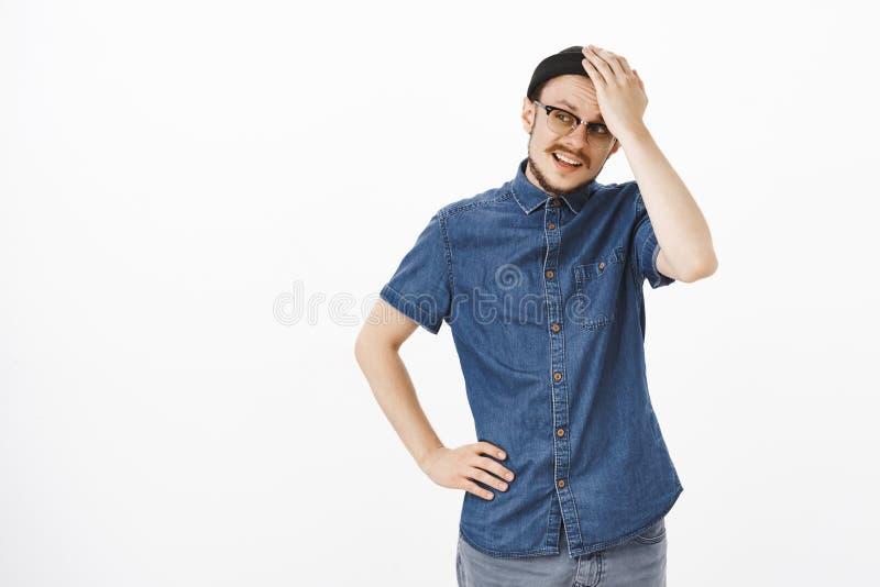 Zaniepokojony i skołatany młody męski przedsiębiorca próbuje znaleziska rozwiązanie problemy trzyma rękę na czole obraca z lewej  zdjęcia stock