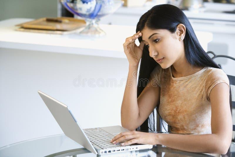 zaniepokojony laptop używać kobiety potomstwo obraz stock