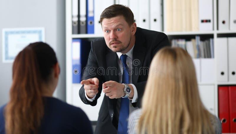 Zaniepokojony mężczyzna w kostiumu obrazy stock