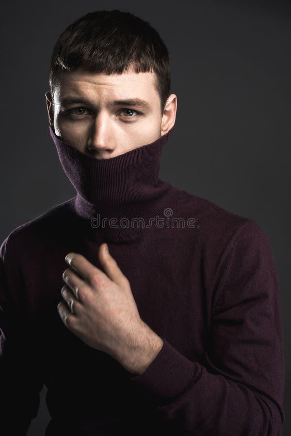 Zaniepokojony młody człowiek kryje twarz obrazy royalty free