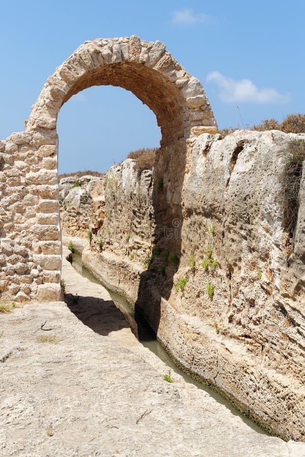 Zanja y arco antiguos de irrigación en parque arqueológico en Israel imagen de archivo