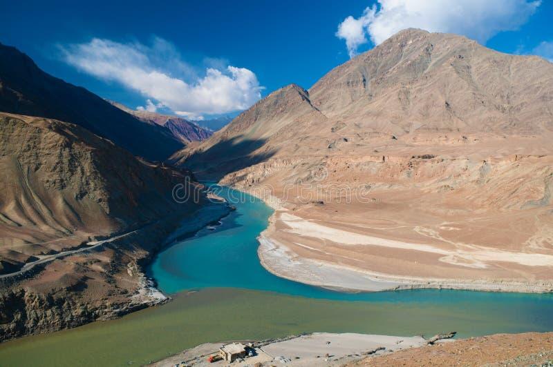 Zanskar och Indus flodsikt royaltyfria bilder