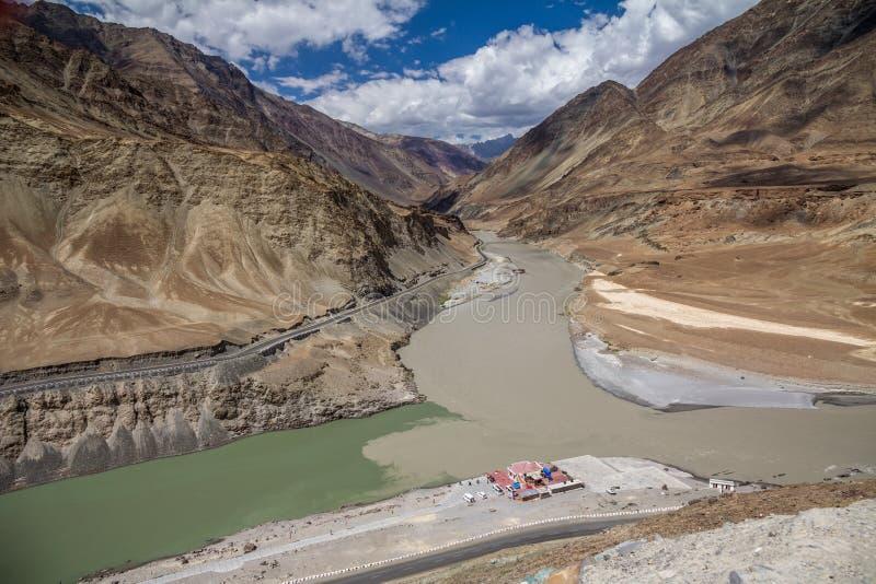 Zanskar rzeka spotyka Indus blisko Srinigar Leh droga fotografia stock